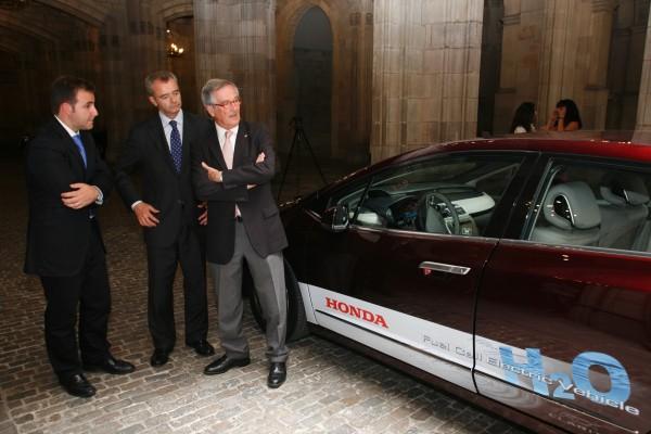 Marc Serruya, presidente de Honda Motor Europe España, con el alcalde de Barcelona, Xavier Trias, y el director general de Carburos Metálicos, Francesco Maione, durante la presentación del Honda FCX Clarity en Barcelona