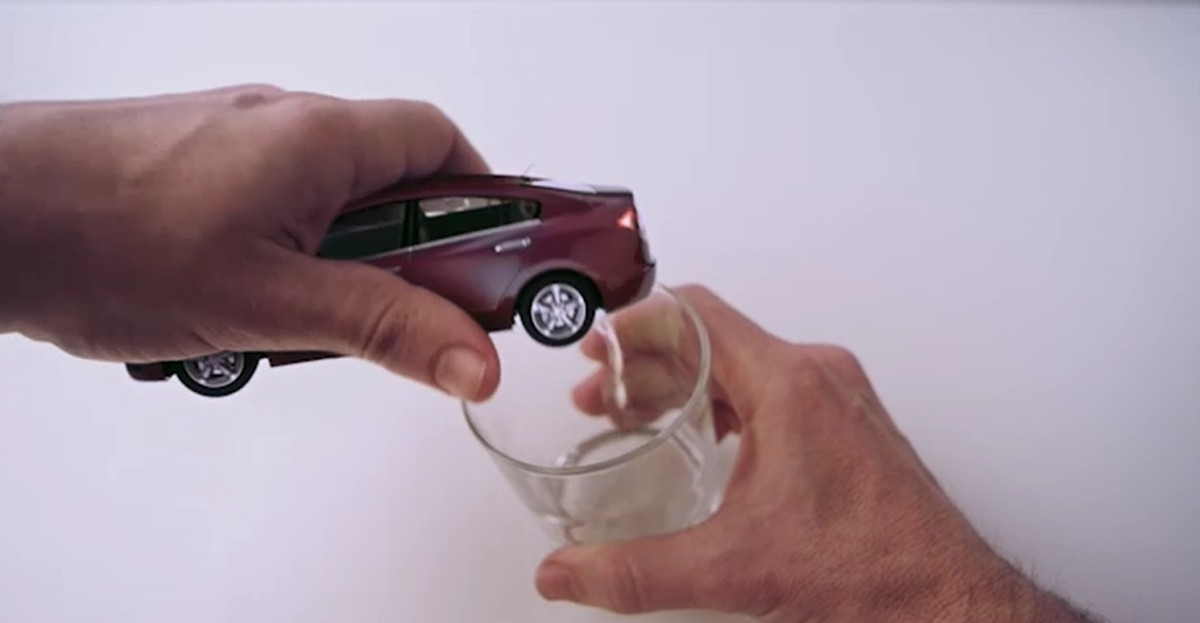 El agua de un Honda en botella
